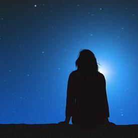 silhouette_girl_watching_stars_cg1p13052287c_th